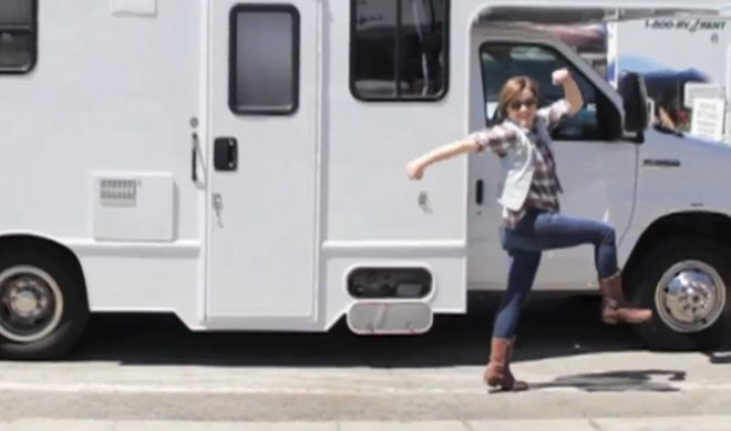 "Hannah Hart Kicks Off Tour, Tells Fans ""Don't Wait To Say Hello"""