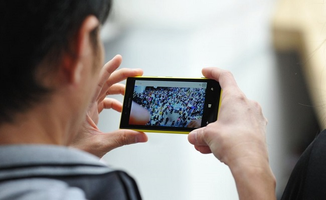 Average American Watches 33 Minutes Of Mobile Video Each Day by Bree Brouwer of Tubefilter